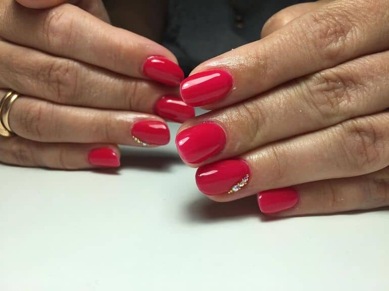 Classical red nail color trends 2020